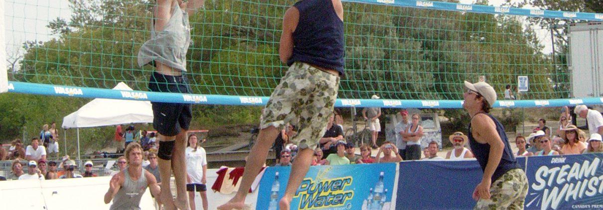 Mensen zijn bezig met beach volleyball, alleen mogelijk in de Parkmix.