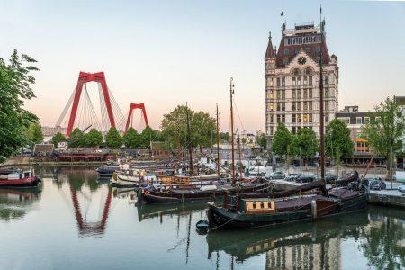 kleine haven bij binnenstad rotterdam